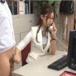 【稲川なつめ】早漏社員を電話しながら片手手コキで速射させる変態部長!