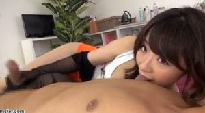 初美沙希 パンストを手にまとい乳首舐め手コキで寸止めしてくる!