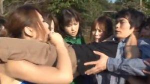 女子プレロス部の女子たちに力技で強制フェラさらイカされるひ弱おとこ