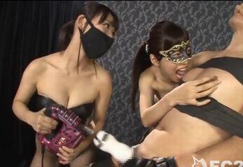 ボンテージ痴女2人組が乳首舐めとドリルペニスのコンボで男を喘がせる