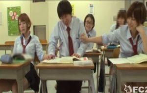 授業中にヤリマン女子高生たちにエロいことをされ、ハーレム抜きされる1人ぼっちの男w