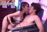 篠田あゆみ 美乳痴女の熟練した誘惑フェラチオ手コキに我慢できず5分足らずでイカされる挑戦者